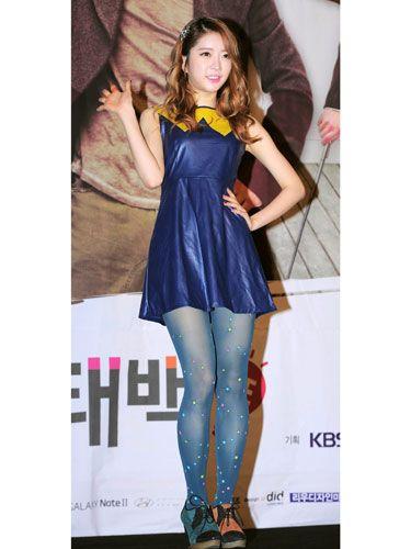 Shoulder, Textile, Human leg, Joint, Style, Dress, Waist, Thigh, One-piece garment, Fashion,