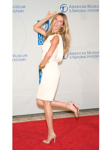 """Brazilian supermodel Gisele Bundchen is usually playful on the red carpet. In this pose, her right hand is raised above her head—when we gesture above the shoulders and head we are telling the world """"I'm powerful and want to be seen."""" Her inviting smile non-verbally says that she's open to getting to know new people."""