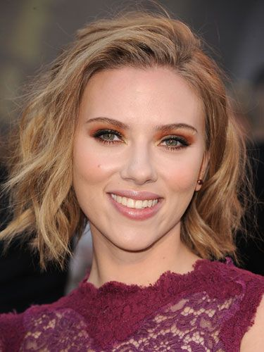 ScarJo adds oomph to her chunky blonde bob with sexy, buttery streaks.