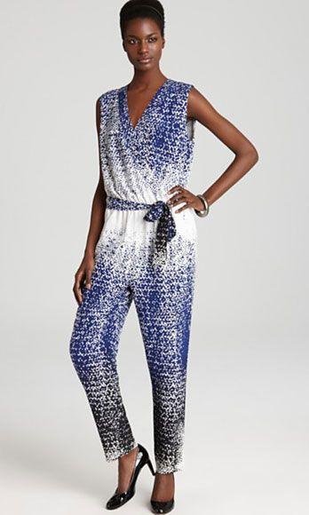 Clothing, Blue, Leg, Sleeve, Shoulder, Human leg, Textile, Standing, Joint, Waist,
