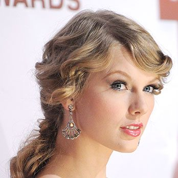 What guy doesn&#146&#x3B;t have a pretty, pretty princess fantasy? Taylor Swift channels Rapunzel by pulling her romantic, rippling ringlets back in a loose pony.