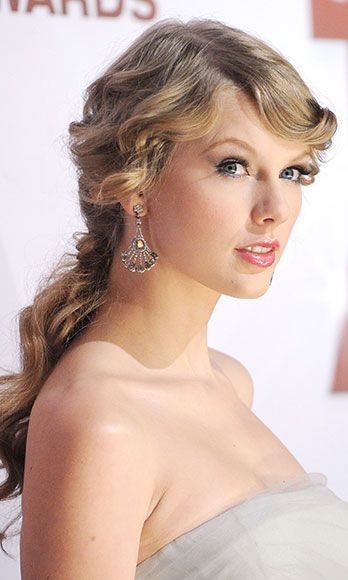 What guy doesn't have a pretty, pretty princess fantasy? Taylor Swift channels Rapunzel by pulling her romantic, rippling ringlets back in a loose pony.