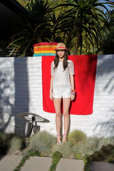 Textile, Human leg, Street fashion, Bag, Knee, Arecales, Waist, Palm tree, Foot,