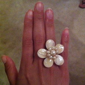 <p>Looking for jewelry that stands out but isn't too much? Floral rings are HUGE right now all over Mexico, and now we know why—they're so pretty!</p>