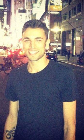 Shoulder, Shirt, T-shirt, Cool, Street fashion, Active shirt, Top,