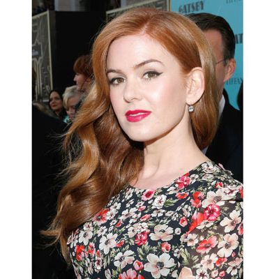 <p>The actress dazzled at the <em>Gatsby</em> premiere in winged liquid liner, crimson gloss, and a side-swept tumble of waves. So vampy!</p>