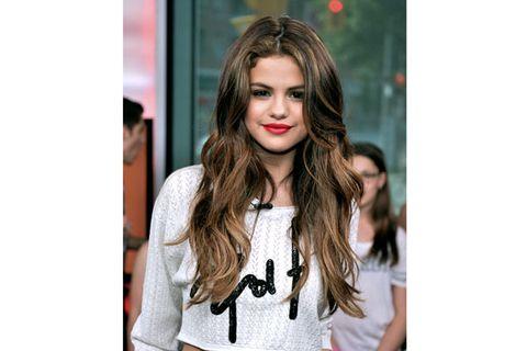 Hairstyle, Style, Eyelash, Street fashion, Fashion, Long hair, Neck, Black hair, Chest, Hair coloring,