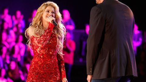 Microphone, Purple, Entertainment, Magenta, Performing arts, Music artist, Dress, Violet, Performance, Singing,