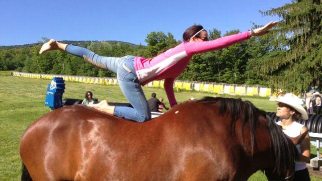 17 Photos Of Truly Remarkable People Doing Yoga On Horses-8792