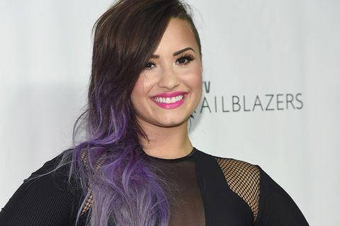 Clothing, Lip, Hairstyle, Eyebrow, Eyelash, Style, Purple, Beauty, Step cutting, Eye liner,