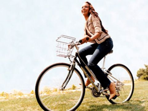 Bicycle tire, Tire, Wheel, Bicycle wheel, Bicycle wheel rim, Bicycle frame, Shoe, Bicycle, Bicycle fork, Bicycle handlebar,