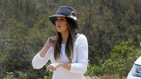 Sleeve, Hat, Fashion accessory, Costume accessory, Headgear, Street fashion, Long hair, Sun hat, Photo shoot, Model,