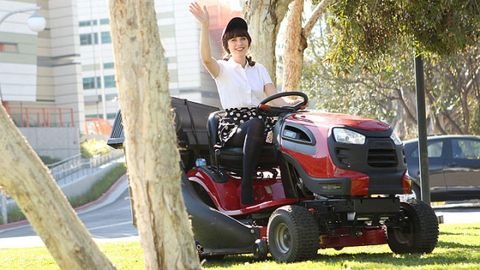Automotive design, Mower, Fender, Agricultural machinery, Lawn mower, Riding mower, Tread, Lawn, Bumper, Machine,
