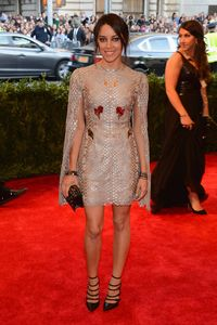 <p>Part Puerto Rican comedian Aubrey Plaza went for a unique open-sleeved short dress.</p>