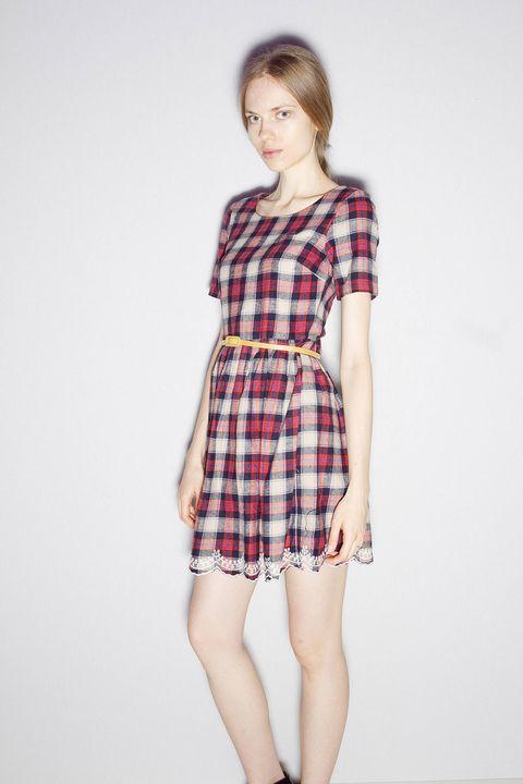 Plaid, Sleeve, Shoulder, Dress, Tartan, Textile, Human leg, Joint, White, Red,