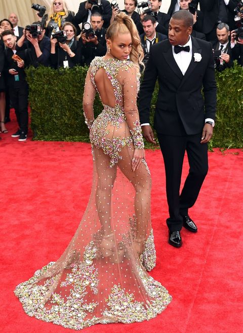 Beyonce and Jay Z photobombed by a random guy eating pizza on the Met Ball red carpet, 2015