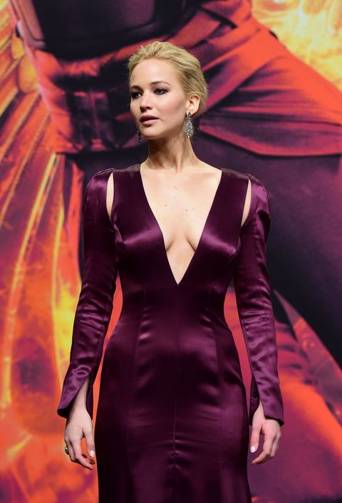 Jennifer Lawrence gives us a lesson in the plunging dress at the Hunger Games premiere