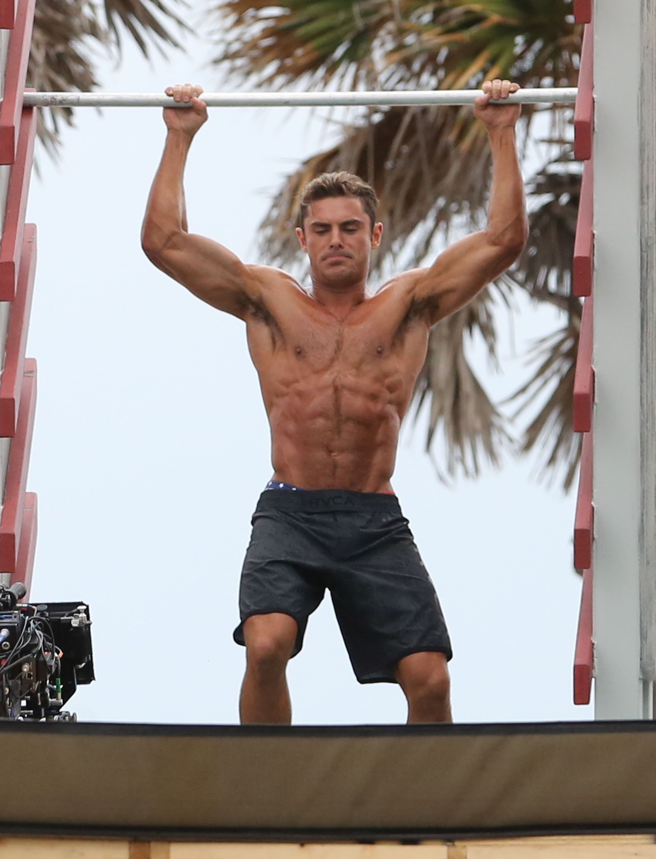 Woah Zac Efron Has Seriously Beefed Up For Baywatch