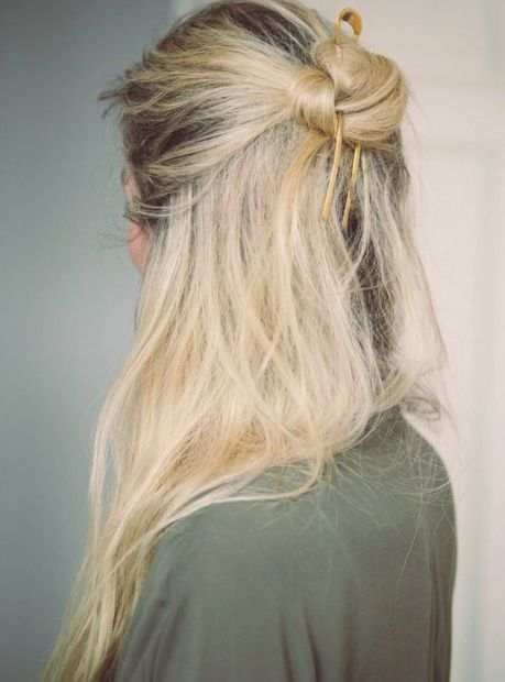 Hairstyle, Shoulder, Joint, Style, Blond, Long hair, Neck, Back, Brown hair, Street fashion,