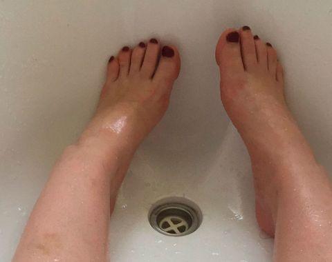 Toe, Skin, Barefoot, Joint, Foot, Organ, Tan, Nail, Composite material, Close-up,