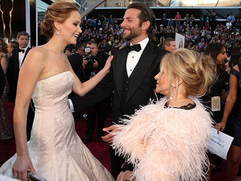 <p>What we wouldn't give to be a fly in the air on this red carpet. Bradley Cooper and Jennifer Lawrence chat to his mum, Gloria. We wonder what about. G'on guys, tell us…</p>
