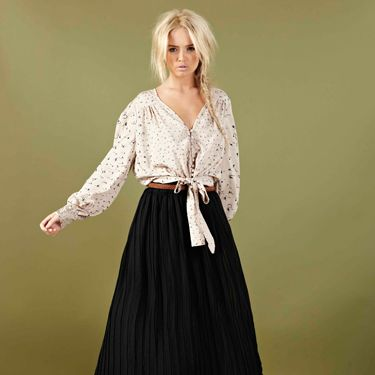 <p>Part of boohoo's country girl collection, this blouse is in our must-have list. Team with a sheer maxi skirt, or jeans and your good to go</p> 