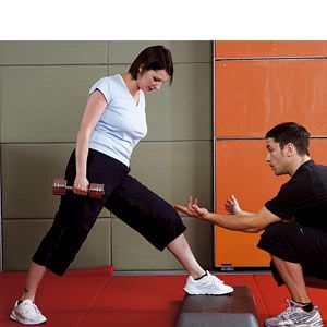 Holding a weight in your right hand, put your left foot on a step with your right leg as far back as is comfortable, and stand on the ball of your right foot. With your hips square to the step, lower your left knee towards it, keeping your chest up. Push back up off your leg and repeat.<br />