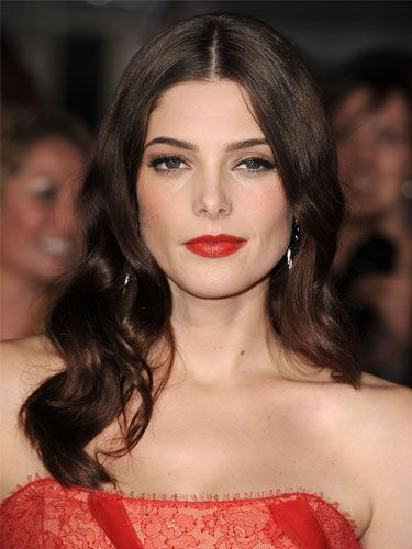 <p>What a festive spirit Ashley Greene has put us in! Her luscious red lips matching her gorgeous crimson gown look uber-elegant. Teamed with classic eyeliner and perfectly groomed brows, it's the chicest look of the season</p>
