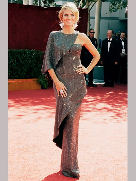 Statuesque Heidi wowed in an asymmetrical gunmetal gray Armani Privé gown    <br />