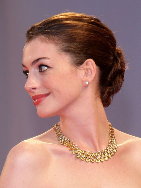 <br />When they're not changing their cut and colour, celebs are experimenting with shapes and styles. Whilst we may not have their army of super stylists on speed dial, these new up 'dos are giving us inspiration to go glam.<br /><br />Left: Anne Hathaway makes a big impact with an oversize low glossy bun <br /><br />