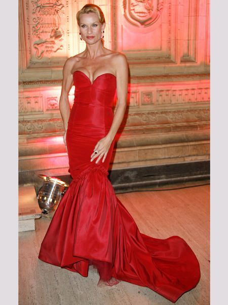 The <em>Desperate Housewives</em> star upped the style stakes in this deliciously vampy structured satin gown. Does she make a stunning scarlet lady?  <br />