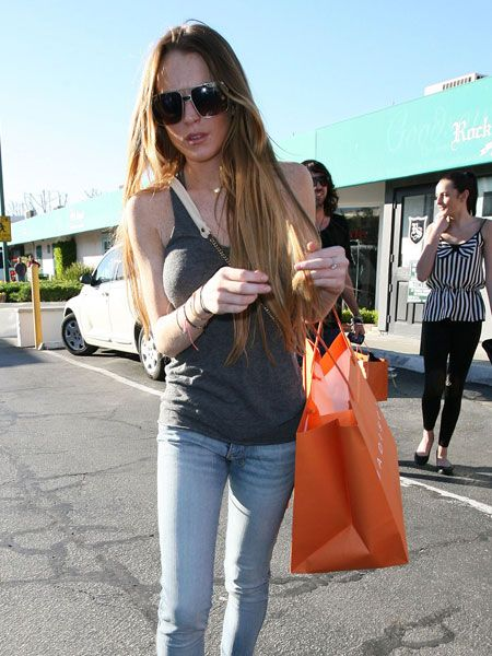 Lindsay Lohan has been looking scarily skinny of late, but she still enjoyed a pizza with younger sister Ali in Malibu. All that shopping must have built up an appetite  <br />