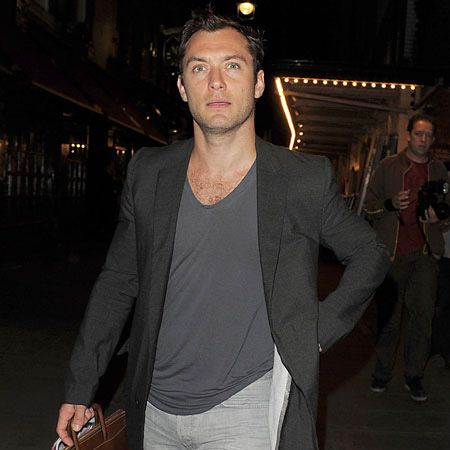 It's been a while seen we've seen the sexy and suave Jude Law so we're in with a treat today with this picture of the actor strolling down the streets of London after a performance of Hamlet at Wyndham's Theatre.  <br />