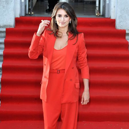 Penelope Cruz committed a fashion faux pas as she attended the premiere of 'Broken Embraces' at Somerset House in an ill-fitting red suit which blended into the red carpet...  <br />