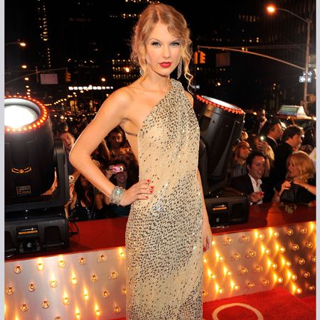Back off Kanye, Taylor Swift is one singing sensation we won't let you mess with. Not only is she picking up awards and selling albums by the bucket-load, but she's also our latest style crush. Here are her fashion hits...<br /><br />Left: At the MTV VMAs, Taylor's sequinned, one-shoulder gown glitters with gorgeousness<br /><br />