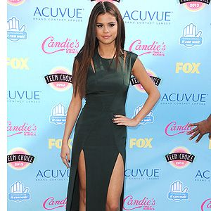 <p>Selena Gomezlooked super sophis on the red carpet at the 2013 Teen Choice Awards.</p><p>The singer/actress opted for a Cushnie et Ochs forest-green frock with shoulder slashes and double skirt slits for twice the leg-bombing fun.</p><p>Selena kept the styling simple and minimal with gold heeled Nicholas Kirkwood beige lace pumps and aqua Neil Lane earrings.</p><p>Her hair complimeted the look with a sleek centre-parting. Simple yet chic.</p>