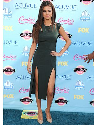 <p>Selena Gomezlooked super sophis on the red carpet at the 2013 Teen Choice Awards.</p> <p>The singer/actress opted for a Cushnie et Ochs forest-green frock with shoulder slashes and double skirt slits for twice the leg-bombing fun.</p> <p>Selena kept the styling simple and minimal with gold heeled Nicholas Kirkwood beige lace pumps and aqua Neil Lane earrings.</p> <p>Her hair complimeted the look with a sleek centre-parting. Simple yet chic.</p>