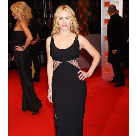Kate vamped up her otherwise safe black gown with a leg revealing, thigh-high side slit<br />