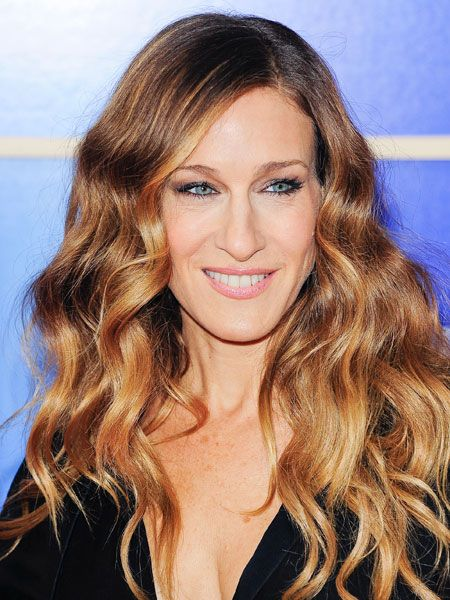 SJP has always experimented, but knows what suits her. Here she adds long waves and avoids volume at the top of her head