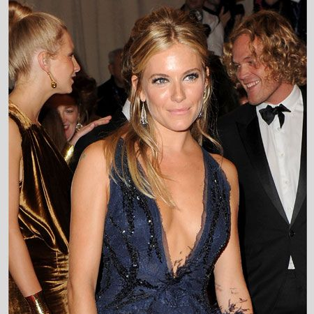 <h3>When it comes to making the most of your assets the celebs know exactly how to dress to be chest confident...</h3><p>Left: Sienna Miller shows how plunging necklines and smaller boobs can make the perfect partnership. Sienna combines a sassy dress with a simple neck line for ultra glamour</p>