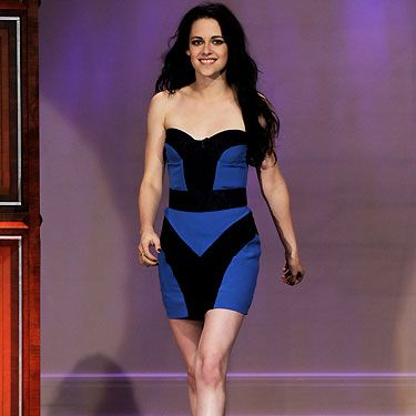How gorgeous does our girl Kristen look in this electric blue bodycon? The picture of confidence, she looks happy, relaxed and downright sexy. She should do vivid hues more often...