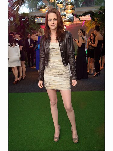 We know that Kristen loves a bit of tough luxe when it comes to her fashion tastes, so it was no surprise when she managed to pull off this fab combo; edgy biker jacket with a delicate mini dress and heels for an ultimate bad girl vibe!