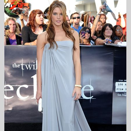 <h3>They've been around for a while but it seems the tricky trend has finally taken centre stage with the most stylish stars all sporting maxi dresses. Here they demonstrate the hottest ways to wear them.</h3><p>Left: Twilight beau Ashley Greene looked absolutely stunning in an ice blue Alexis Mabille dress. The draping is beyond gorgeous and the colour looks fab with her golden locks. </p>