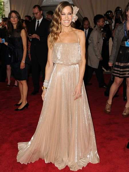 <p>Sarah Jessica Parker never, ever, puts a foot out of place when it comes to fashion. Looking as radiant as ever she coordinates her headwear, dress and lipgloss with a gorge outcome. We heart you SJ!</p>
