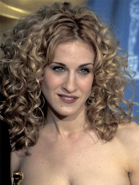 Moving into the style-conscious Carrie Bradshaw zone now, we see SJP working those soft curls and loving them!