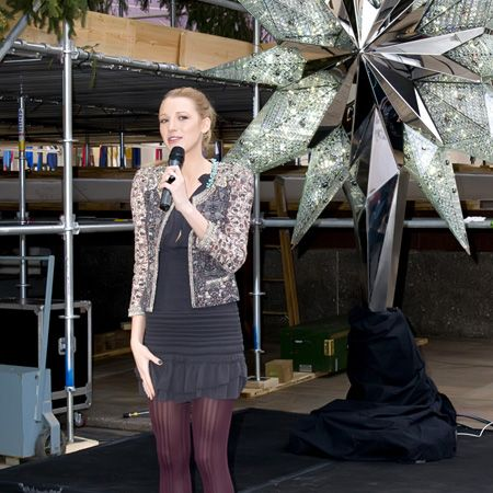 It's a job that her onscreen alter ego Serena van der Woodsen could pull-off with equal aplomb - Blake Lively was yesterday given the task of unveiling the Swarovski star that will top the 2010 Rockefeller Center Christmas tree. She could almost reach the top herself in those sky-high Louboutins!<br />