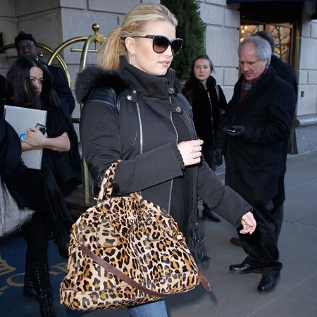 Jessica Simpson attempted to avoid the hordes of paparazzi as she emerged from her hotel in Manhattan, NYC...<br /><br />
