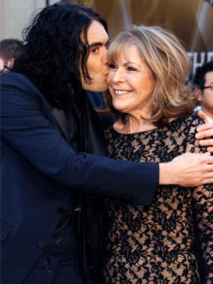 <p>Fit funny man, Russell Brand rocked the red rug minus wife, Katy Perry. Before you start a split rumour, the lady on his arm is his mum – all together now, aww</p>