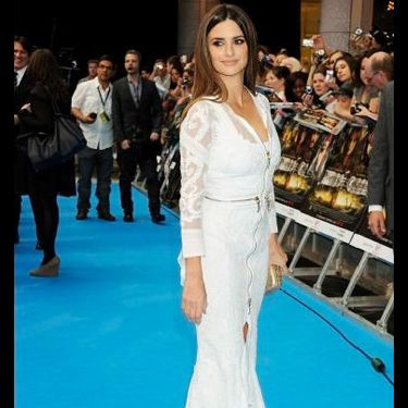 <p>Penelope looked premiere perfect on the blue carpet last night wearing a gorgeous white Givenchy Haute Couture by Riccardo Tisci gown. The star teamed her all over embroidered and lace design with a vintage-style gold clutch, keeping her firmly on the top of our best-dressed list</p>
