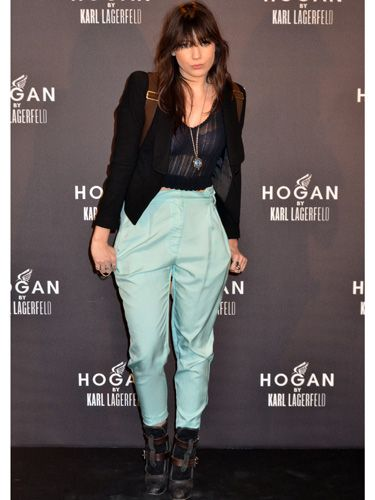<p>Daisy Lowe stands out with her ample turquoise trousers at Paris Fashion Week. She opts for a simple combination not revealing much skin and a see-through black top to add a feminine touch, very nice!</p>